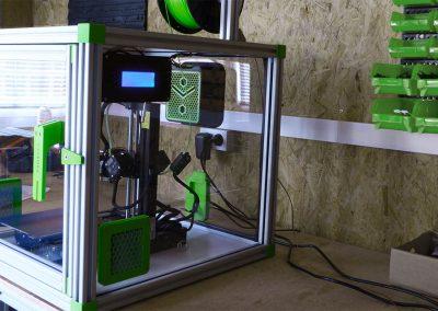 magnifique caisson pour imprimante 3Dsur plan de travail